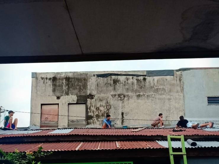 Hujan datang Seng pun bocor... Yukk mari gotong royong naik di atas seng/atap untuk menangkal kebocorannya 🔨🔨🔨😉😉😉