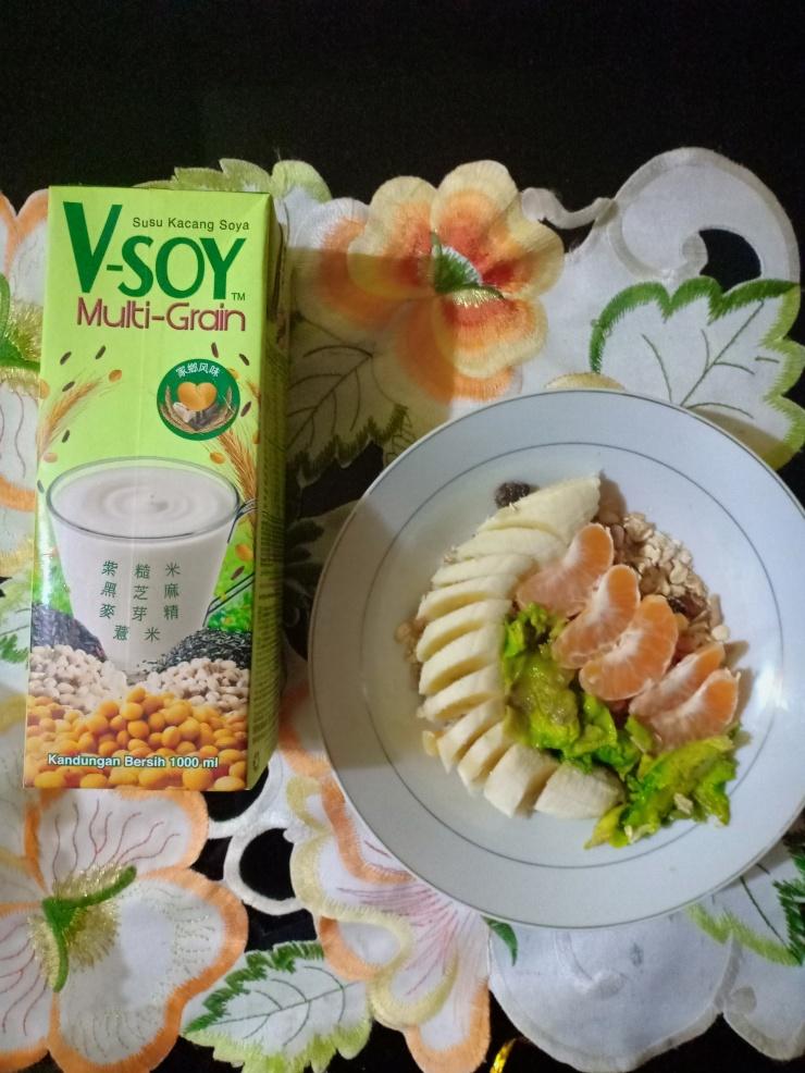 Ini sarapanku😃... Alvocado, pisang, jeruk,oat + susu kedelai... Say NO untuk Gorengan di Pagi yang indah ini 😍🍊🍌🥑